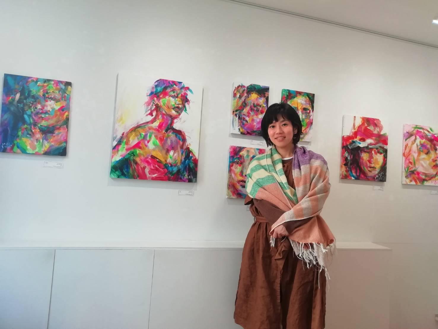 独自の色彩感覚で、心の揺れや、あいまいな表情など、微妙な感情や思いを表現。ウエルカムボード、CD、書籍などへの絵の提供、個展・ライブペイント・レンタルアートなど幅広く活動。オランダ アムステルダムでの個展開催やニューヨーク・ロサンゼルスでのグループ展にも参加。日々の暮らしを照らすアートを展開中。
