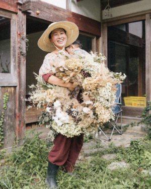 植物作家・ 画家 19歳より絵画を始め、独学でアートの世界に進む。 その後、東京、NYで個展をひらくなどし、2011年より京都に暮らす。 現在は、京都山間部で、自ら採取した季節の草花、山野草をもちいたリースやオーナメント製作をしている。 空間装飾、店舗デコレーションやワークショップなどを行なっている。